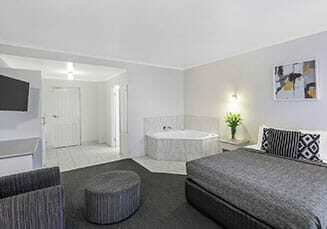 cathedral-inn-motel-bendigo-queen-spa-room-landscape
